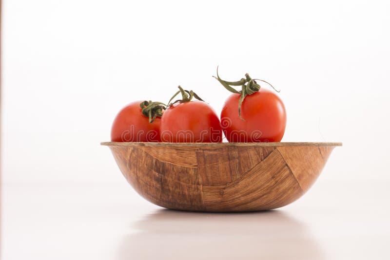 Pomodoro fresco in ciotola fotografia stock