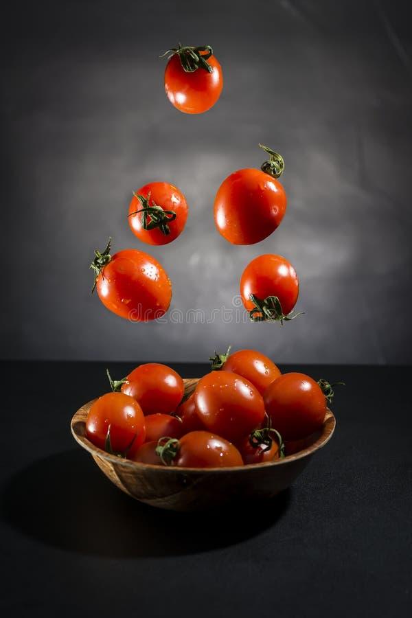 Pomodoro fresco in ciotola ed aria fotografia stock libera da diritti