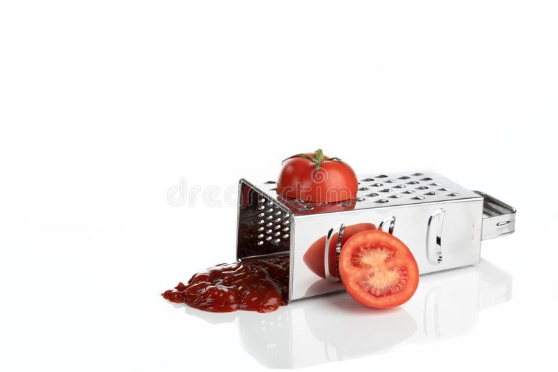Pomodoro grattato producendo salsa al pomodoro fotografia stock libera da diritti