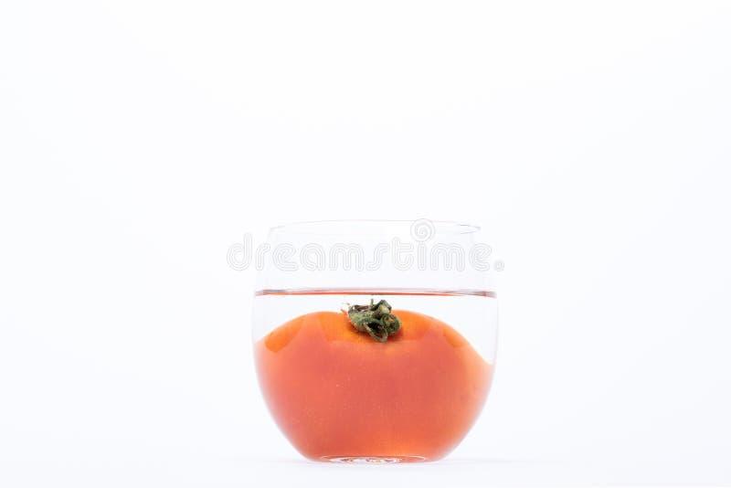 Pomodoro nell'acqua isolata immagini stock