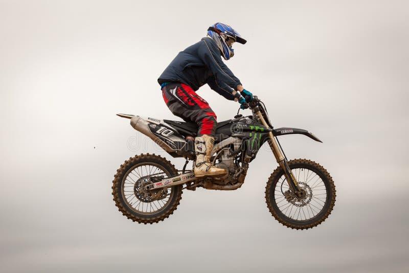 POMORIE, BULGÁRIA - 24 DE MARÇO: 2013 - velomotor em voo, salto da bicicleta fotos de stock royalty free