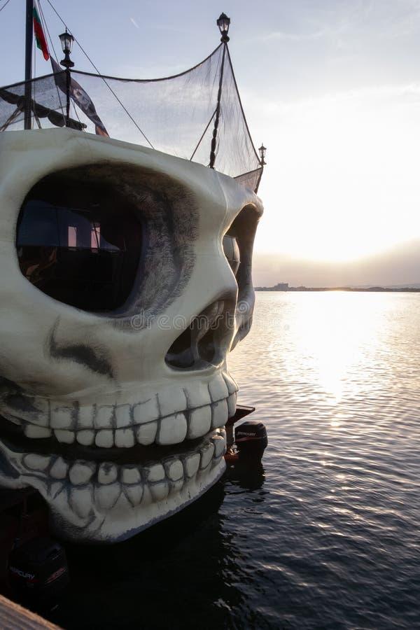 Pomorie, Burgas, Bułgaria 06, 2019 Turystycznych statków dla spaceru na morzu przy zmierzchem w postaci czaszki zdjęcia royalty free