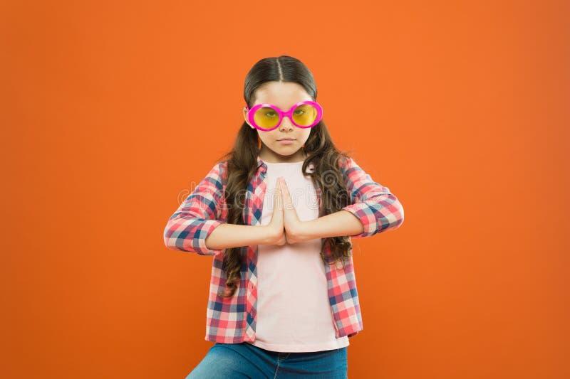 Pomp omhoog het volume over uw blik Het aanbiddelijke meisje met manier kijkt op oranje achtergrond Leuk weinig kind die glamour  royalty-vrije stock foto's