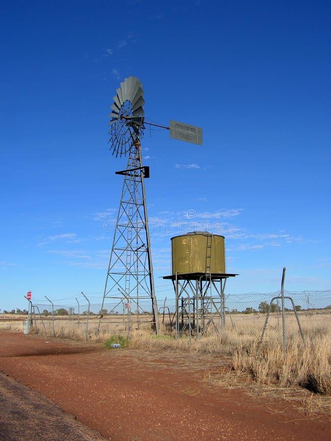 Pompa ad acqua del laminatoio di vento con il serbatoio fotografia stock
