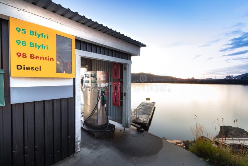 Pompa del carburante della nave accanto ad un pilastro di galleggiamento ad estate nel porticciolo di Bodo, Norvegia fotografie stock libere da diritti
