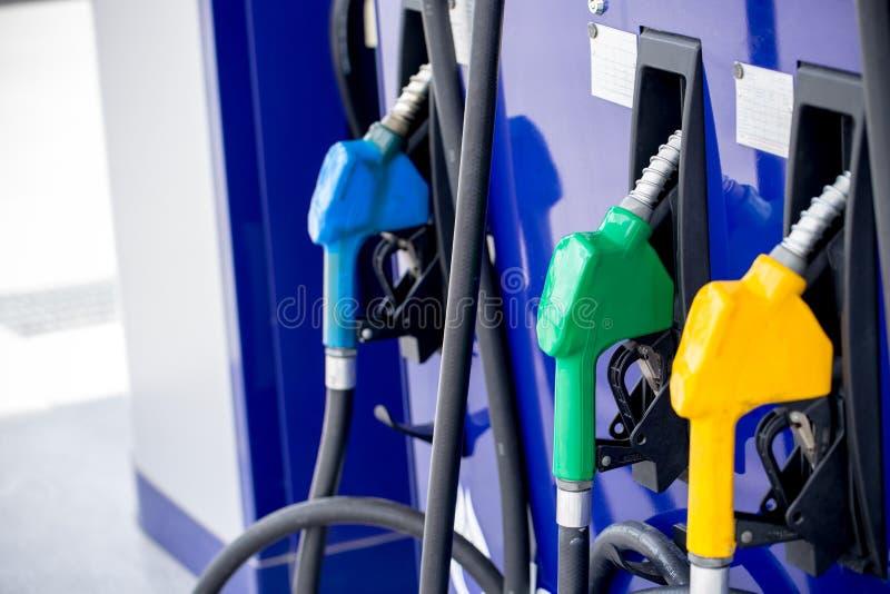 Pompa del carburante, stazione di servizio, benzina Ugelli di riempimento della pompa di benzina variopinta isolati su fondo bian fotografia stock libera da diritti