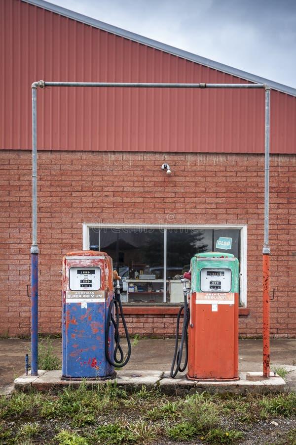 Pompa del combustible del vintage en la gasolinera cerrada imágenes de archivo libres de regalías