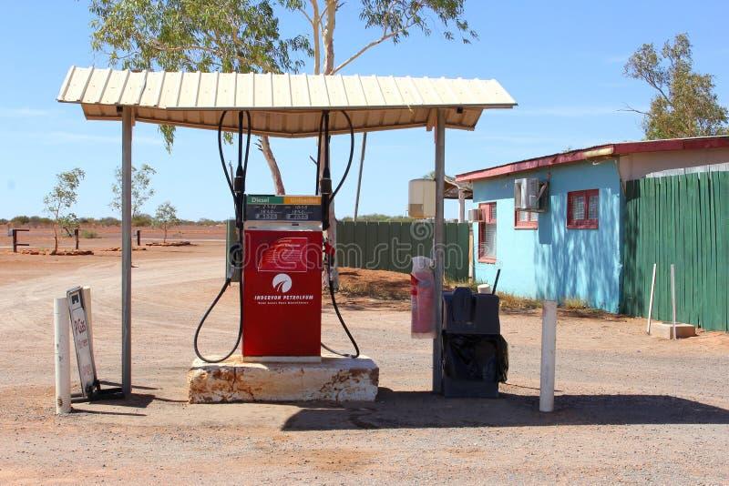 Pompa di benzina alla strada principale di Lasseter, entroterra australiana fotografia stock