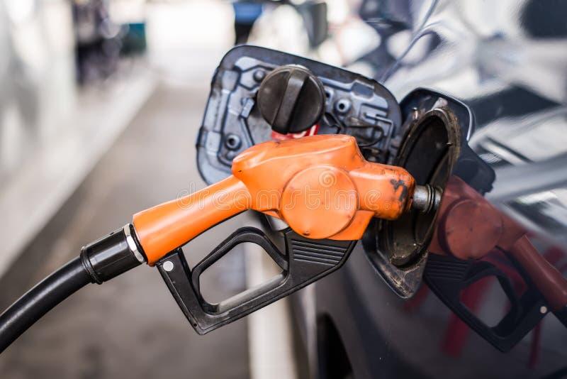 Pompa di benzina che riempie alla stazione di servizio fotografia stock