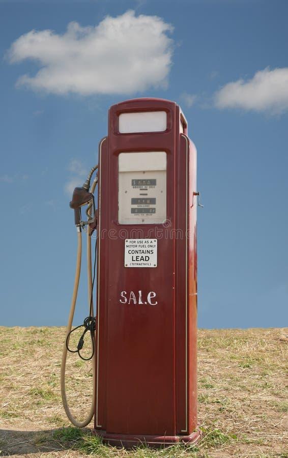 Pompa di benzina rossa di era degli anni 50 fotografie stock libere da diritti