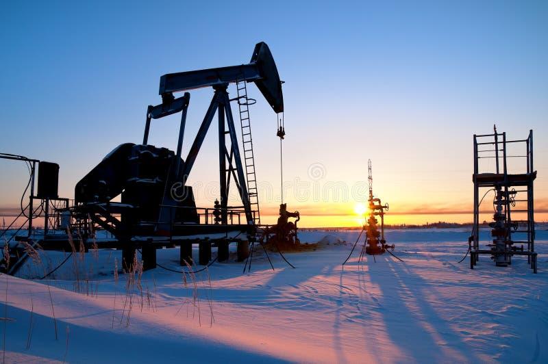 Pompa di olio. Paesaggio industriale. fotografie stock