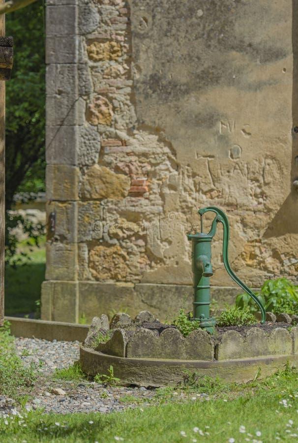Pompa idraulica verde d'annata del ghisa fotografie stock