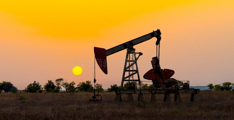 Pompage de tour d'huile brut photos libres de droits