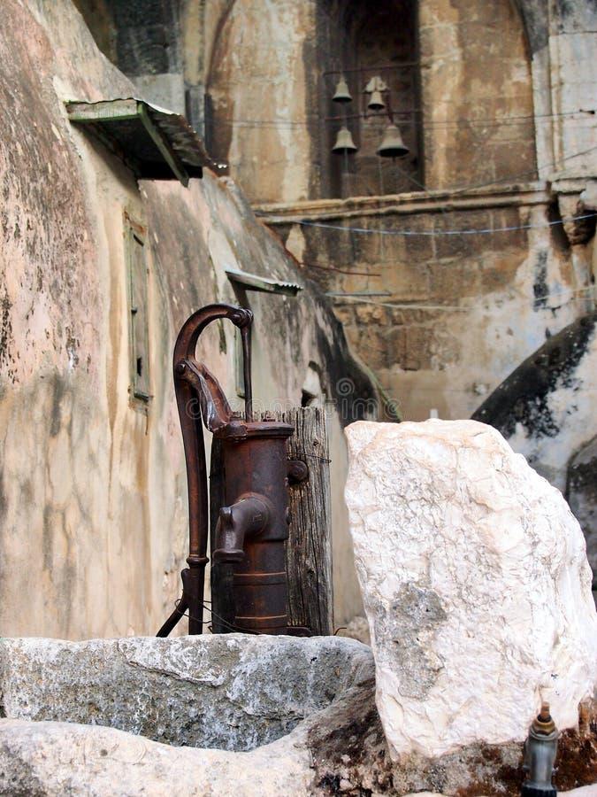 Pompe à eau et église Bells, vieux monastère orthodoxe, Israël photo libre de droits