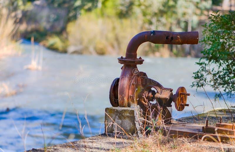 Pompe à eau rouillée image libre de droits