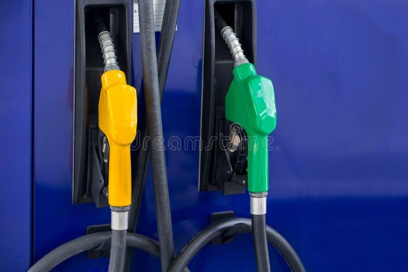 Pompe à essence, station service, essence Becs remplissants de pompe à essence colorée d'isolement sur le fond blanc image stock