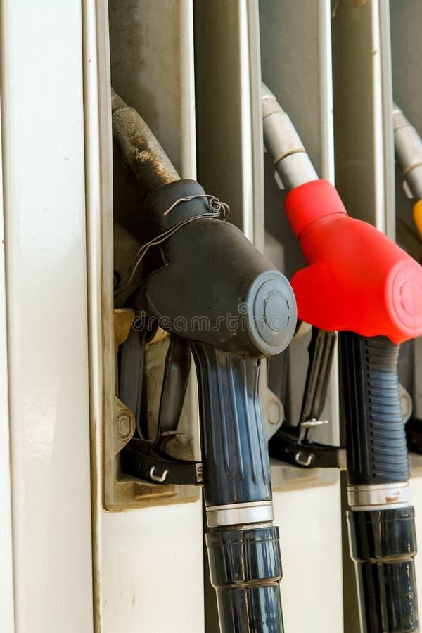 Pompe à essence sur la station service Trois gicleurs d'essence photographie stock libre de droits