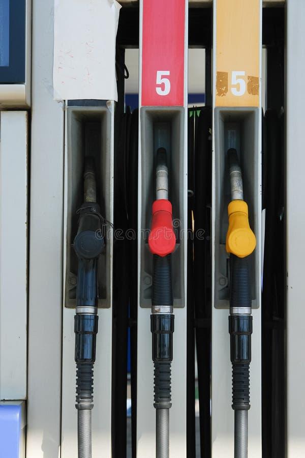 Pompe à essence sur la station service Trois gicleurs d'essence photos stock