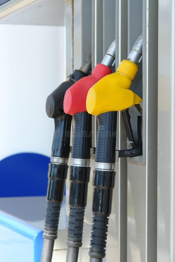 Pompe à essence sur la station service Trois gicleurs d'essence image libre de droits