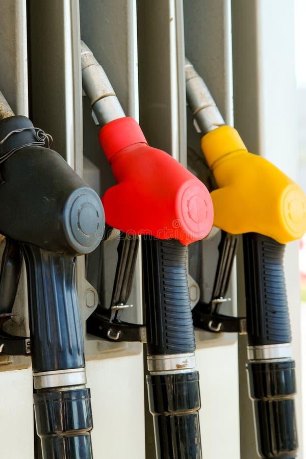 Pompe à essence sur la station service Trois gicleurs d'essence images stock