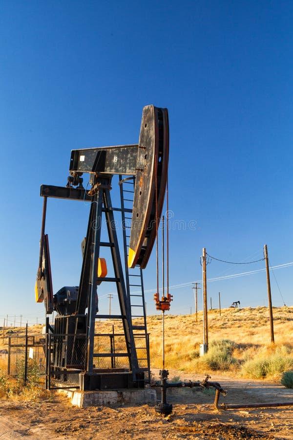 Pompe à huile fonctionnante dans le désert photos libres de droits