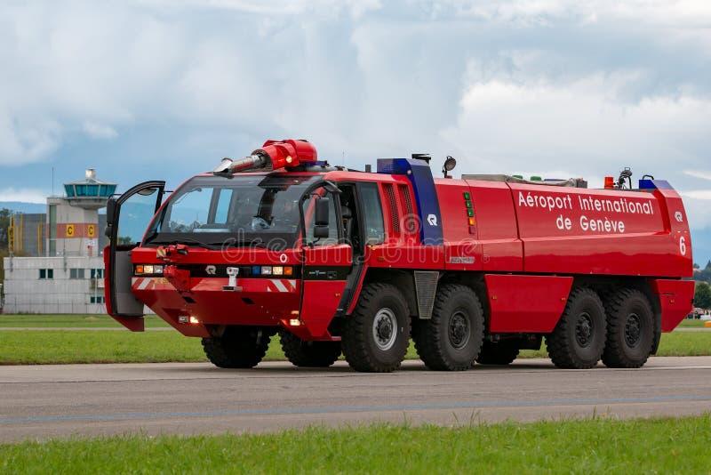 Pompe à incendie d'aéroport de Rosenbauer d'aéroport de Genève photos stock
