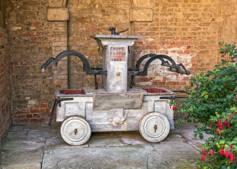 Pompe à incendie manuelle antique, château de petite ferme, Herefordshire photo stock