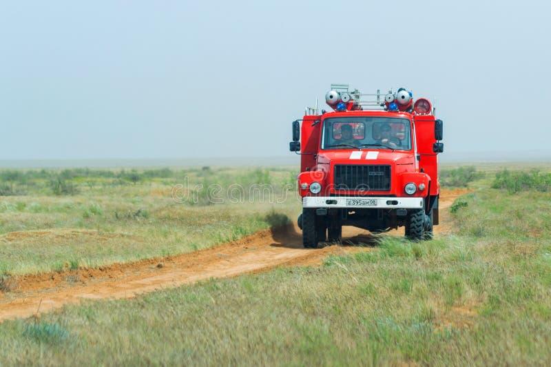 Pompe à incendie rouge pour s'éteindre la steppe ou les incendies de forêt naturels image libre de droits