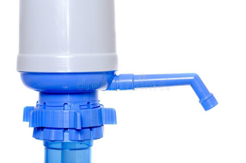 Pompe à main pour l'eau sur les bouteilles en plastique images libres de droits