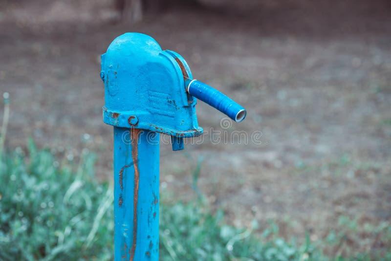 Pompe ? main rouill?e de fontaine d'eau de cru dans le village russe T?te de puits abandonn?e de l'eau image libre de droits