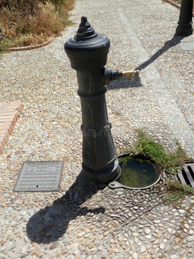 Pompe de drain et de fonte dans la place de Tarifa images libres de droits