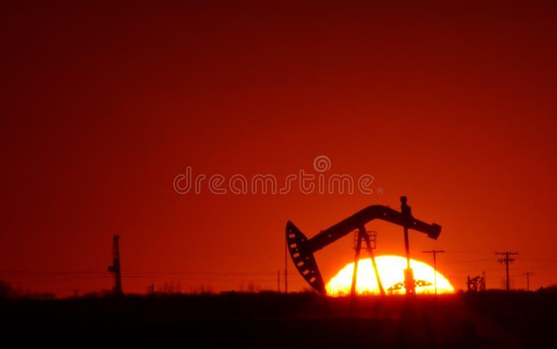 Pompe de pétrole dans le domaine de Saskatchewan photographie stock