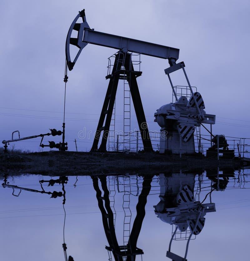 Pompe de pétrole industrielle avec la réflexion photos libres de droits