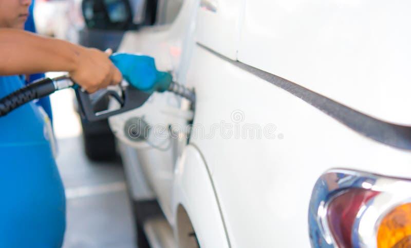 Pompe de station service Carburant remplissant d'essence d'homme dans la voiture photo stock