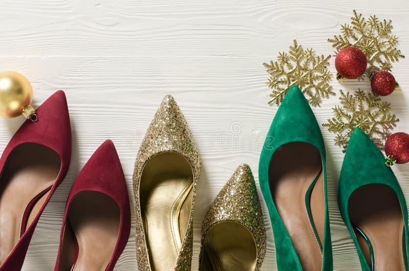 Pompe delle scarpe delle donne di modo Il natale classico colora il rosso, gre fotografie stock libere da diritti