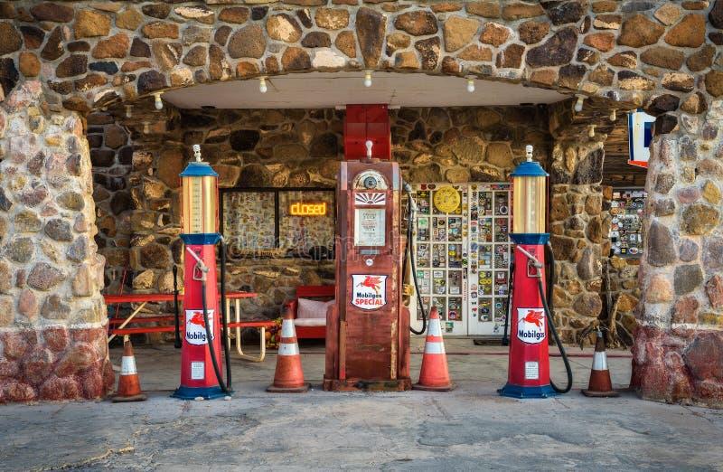 Pompe di gas d'annata su Route 66 in Arizona immagini stock