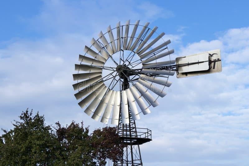 Pompe di vento per il rifornimento idrico fotografia stock
