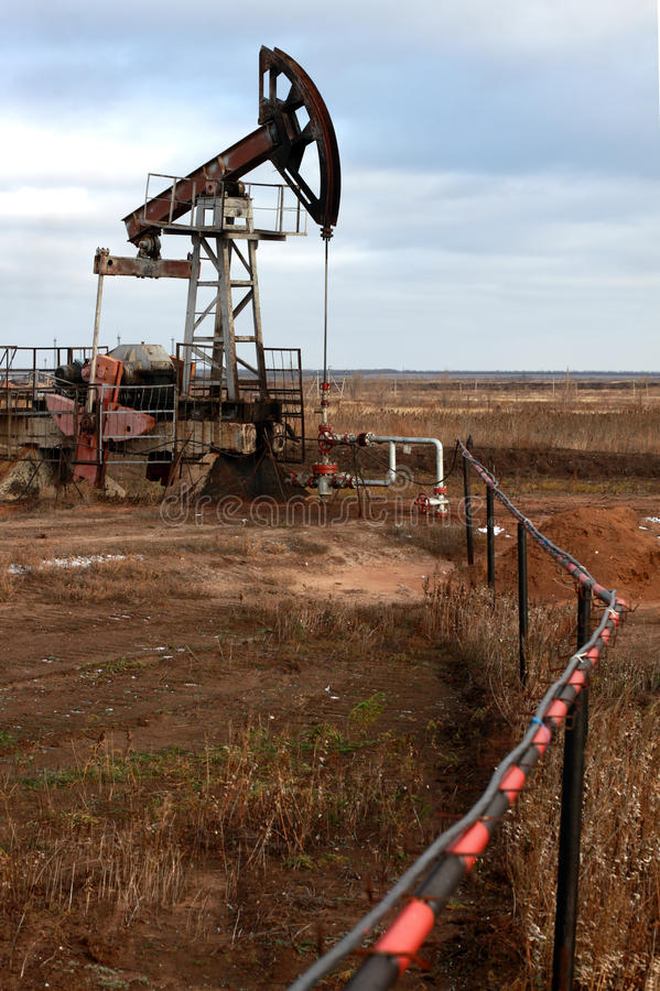 Pompe et pipe de pétrole image stock