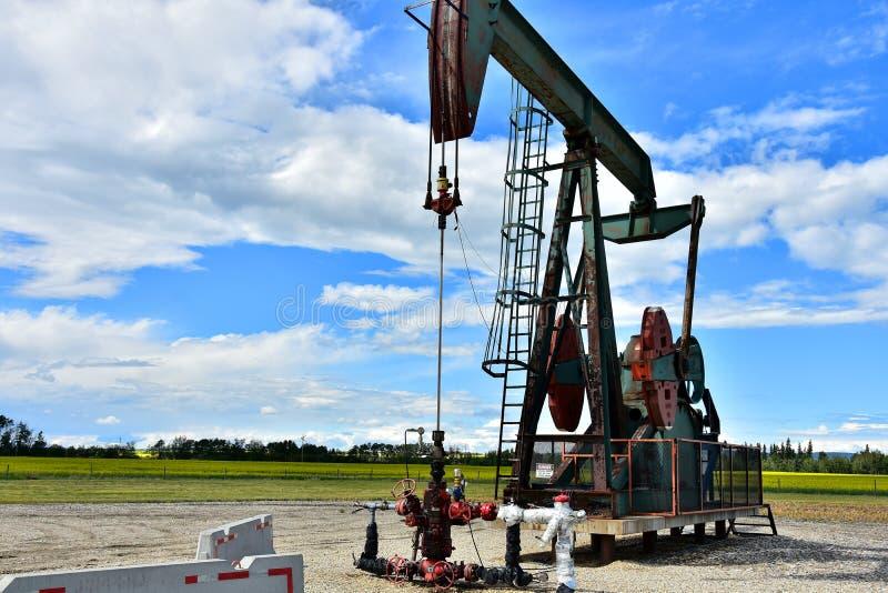 Pompe fonctionnante Jack de puits de pétrole photos libres de droits