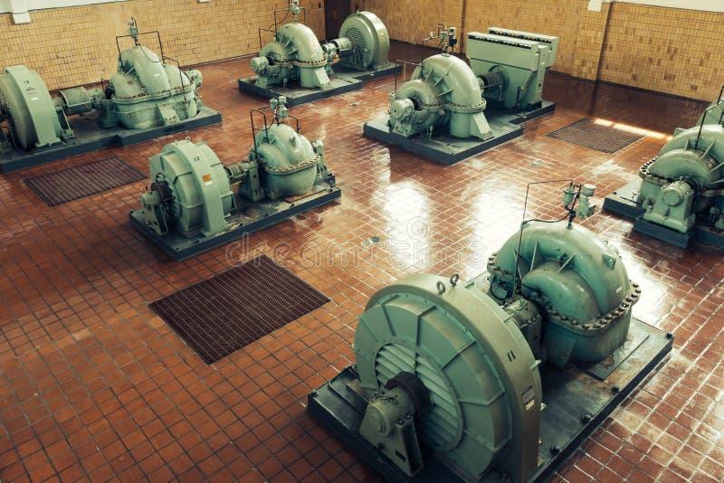 Pompe industriali in un impianto per il trattamento delle acque immagini stock libere da diritti