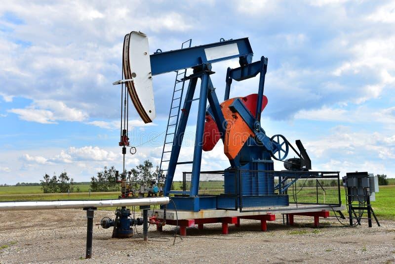 Pompe Jack de puits de pétrole photos stock