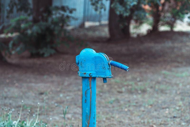 Pompe ? main rouill?e de fontaine d'eau de cru dans le village russe T?te de puits abandonn?e de l'eau image stock