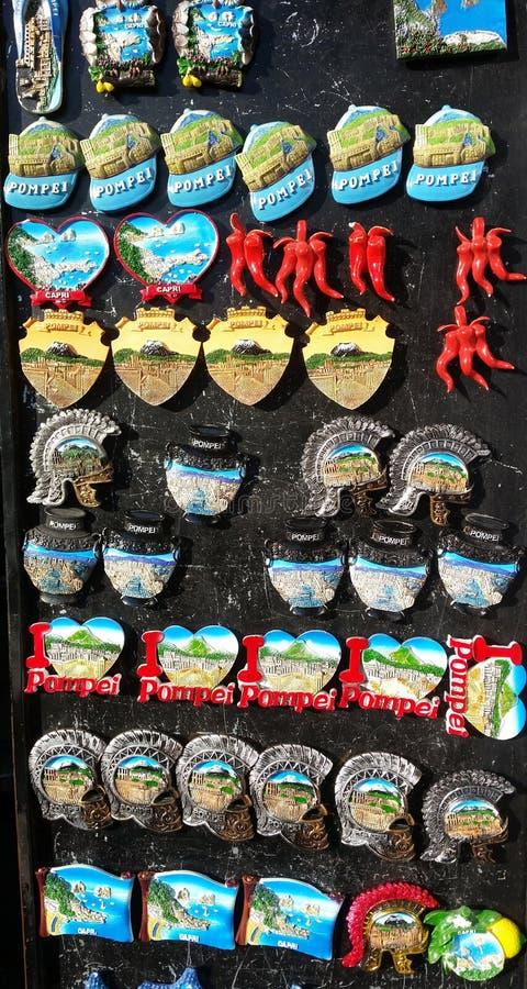 Pompeia, Napoli, Itália Coleção dos ímãs a vender aos turistas fotos de stock