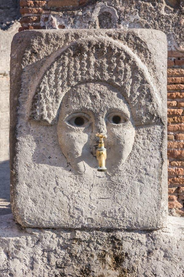 Pompeii em Nápoles, Itália Fontain antigo, ruínas romanas da cidade imagens de stock royalty free