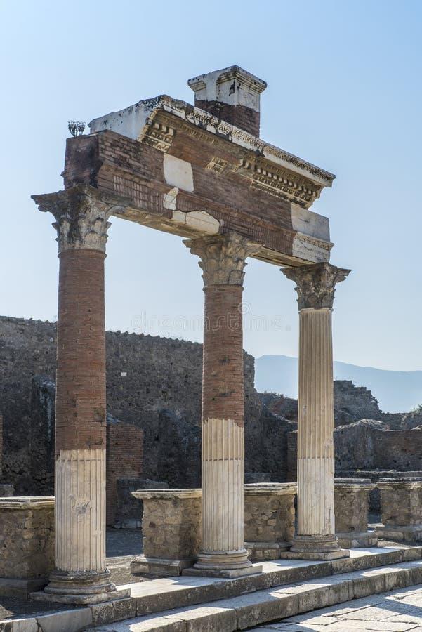 POMPEII, ITÁLIA - 8 de agosto de 2015: Ruínas do templo romano antigo em Pompeii perto do vulcão o Vesúvio, Nápoles, Itália imagens de stock royalty free