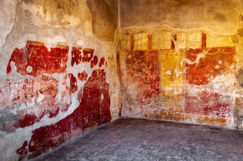 Pompeii, o melhor local arqueol?gico preservado no mundo, It?lia Os fresco na parede interior destru?ram em casa fotografia de stock royalty free