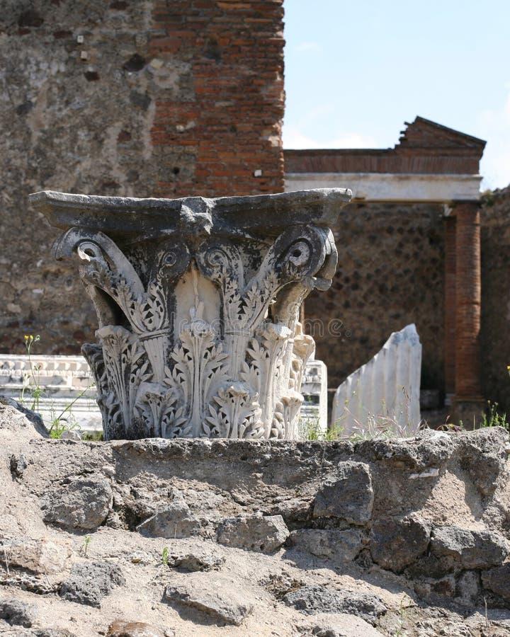 Pompeii ruiny w Włochy z wierzchołkiem dekoracyjny filar przy świątynią zdjęcia stock