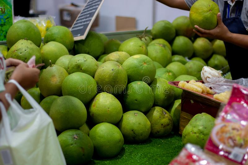 Pompelmo al mercato, frutta tailandese fotografia stock