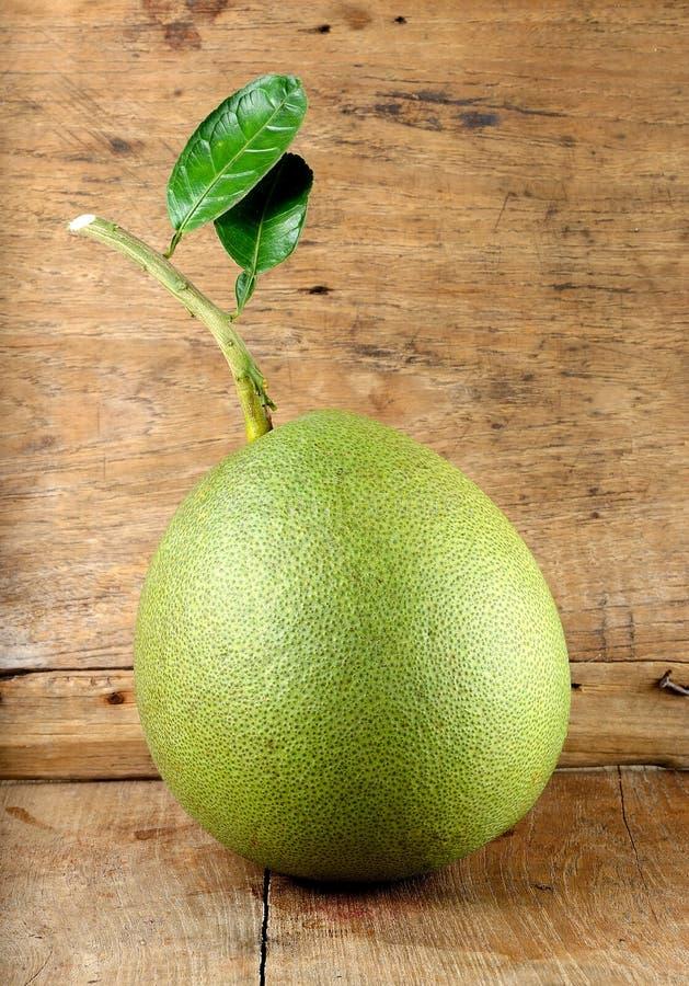 Pompelmoesfruit op de houten achtergrond royalty-vrije stock afbeeldingen