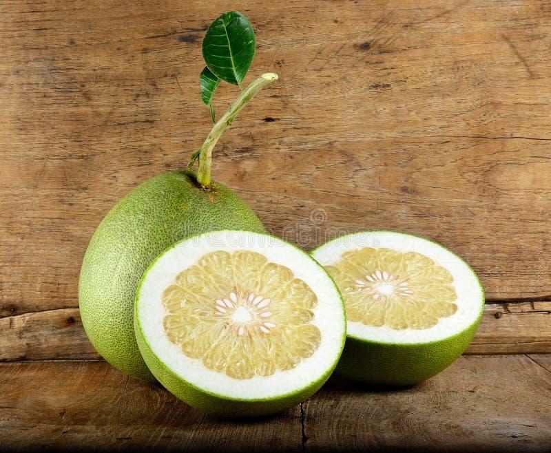 Pompelmoesfruit op de houten achtergrond royalty-vrije stock foto's